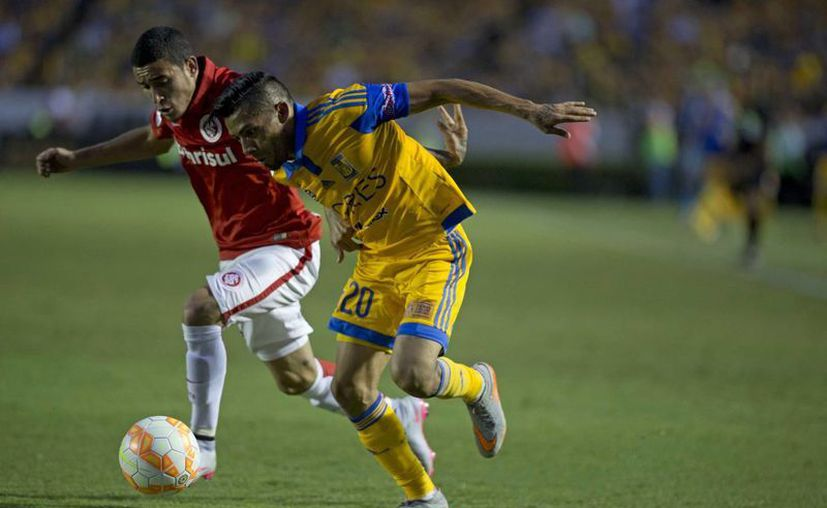 Javier Aquino (d), quien dio un partidazo ante Inter de Porto Alegre, tal vez no juegue las finales ante River Plate debido a una lesión. (Foto: AP)