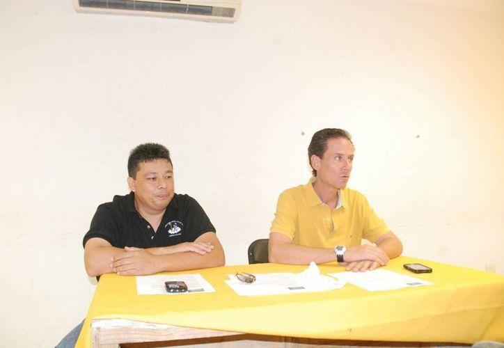 Marcos Rosel y Oscar Obregón presentaron el segundo torneo internacional de sóftbol 2013. (Raúl Caballero/SIPSE)