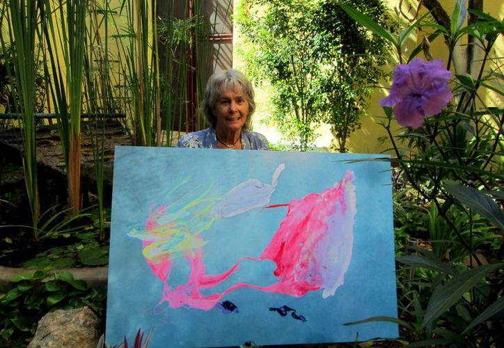 La artista visual Bárbara McClatchie invitó a disfrutar del arte integrándolo al entorno cotidiano. En la foto, previo a una exposición en el Museo de la Ciudad. (Milenio Novedades)