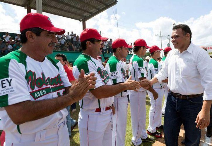"""El Gobernador inauguró la primera temporada de invierno de la Liga Interestatal Yucateca """"Naxón Zapata"""". (Cortesía)"""