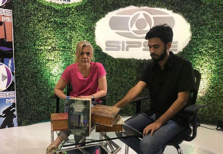 La autora M.B. Brozon en entrevista con Joaquín Filio para SIPSE televisión. (Brenda López)