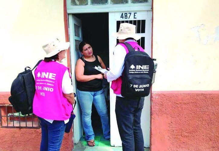 Los visitadores informan a los insaculados sobre el proceso electoral. (Milenio Novedades)