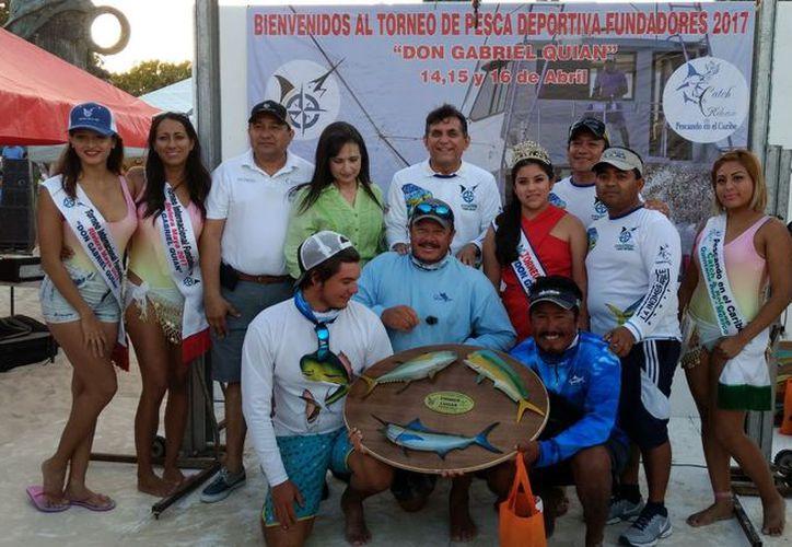 Posa para la foto del recuerdo el equipo ganador del evento. (Ángel Villegas/SIPSE)
