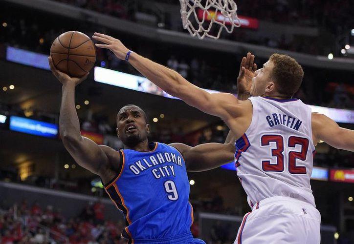 El congoleño Serge Ibaka (9), del Thunder de Oklahoma City, hace un tiro frente a la marca de Blake Griffin, de los Clippers de Los Angeles. (AP)
