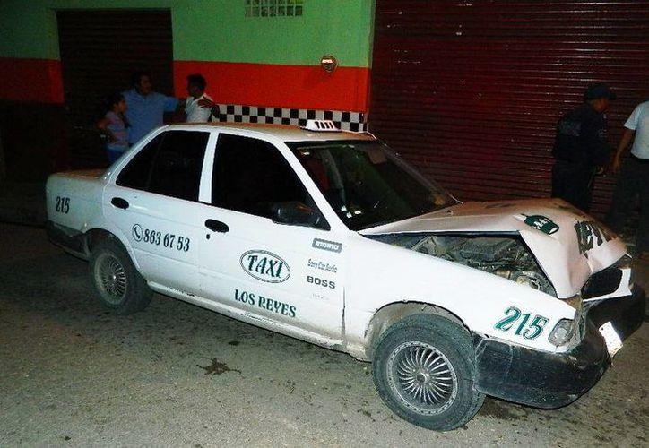 Taxi impactado en Tizimín. (Milenio Novedades)