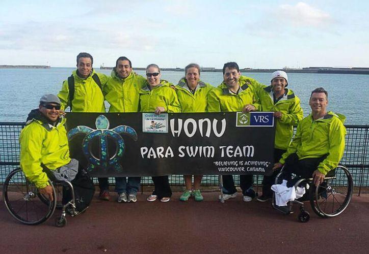 Los delegación de nadadores, completo el recorrido de 34 kilómetros en relevos. Cada atleta nado ocho kilómetros. (Redacción/SIPSE)