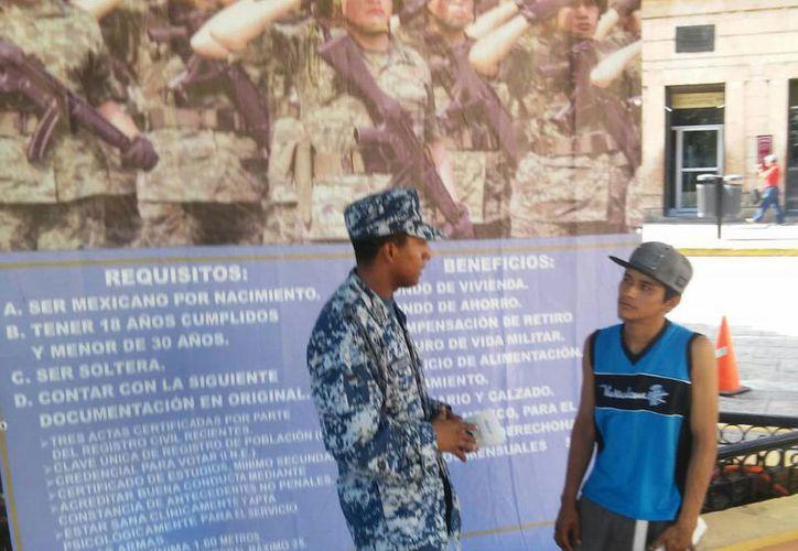 Militares informan a los jóvenes en un módulo ubicado en la Plaza Grande. (SIPSE)