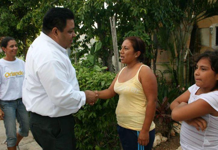 Candidato visita a habitantes de las colonias. (Adrián Barreto/SIPSE)