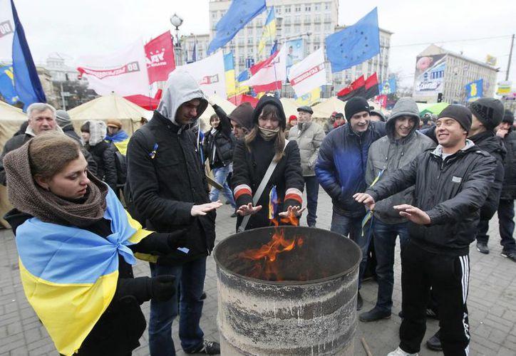 Varios activistas montan un campamento en la Plaza Europea en Kiev, Ucrania. (EFE)