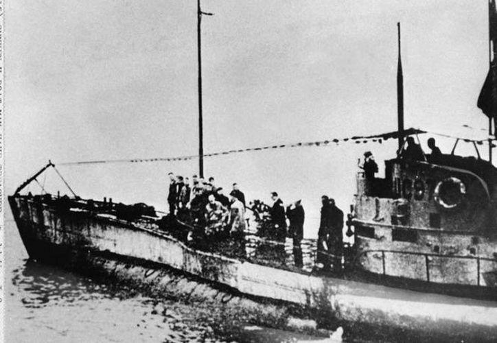 Dado el daño en la proa, parece que el submarino chocó contra una mina. Dos tubos de torpedos están destruidos, pero el tubo más bajo está intacto y cerrado. (AP)