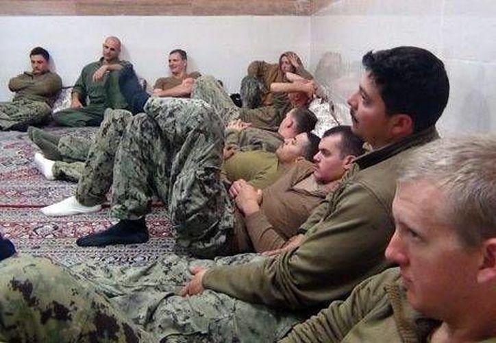 Fotografía distribuida hoy, 13 de enero, por la página web del Cuerpo de los Guardianes de la Revolución de Irán (IRGC, por su sigls en inglés) que muestra a parte de los marines de EU que fueron capturados ayer por los IRGC en un lugar sin precisar de Irán. (EFE)