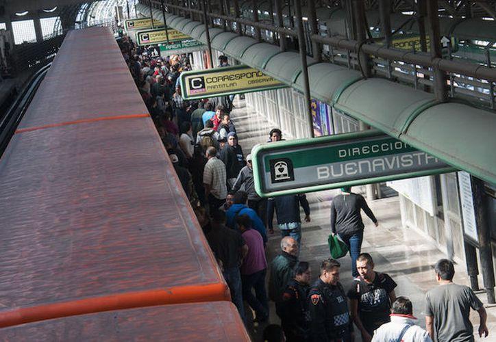 Los pasajeros decidieron someter y golpear a los presuntos asaltantes. (Foto: Sin Embargo)