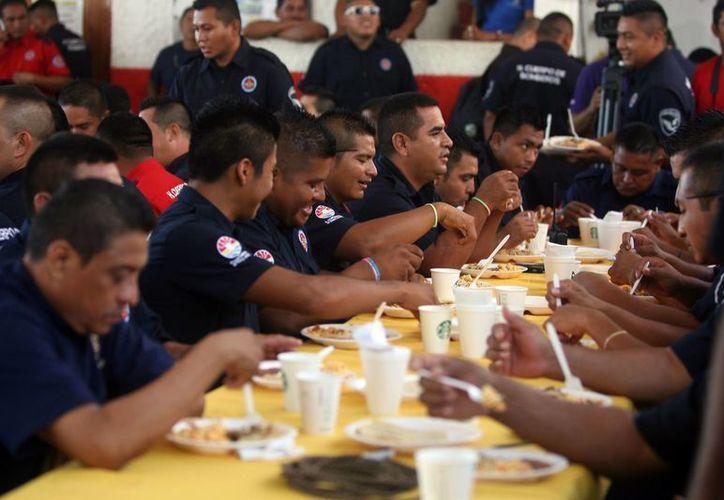 Los tragafuegos dispusieron de un desayuno en honor a su heroica labor. (Redacción/SIPSE)