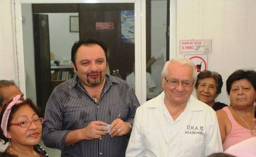 El médico que salva vidas y carteras en reunión con el diputado 'Panchito' Torres. (SIPSE)