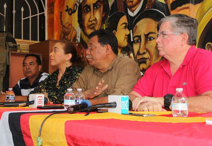 Hernán Villatoro Barrios (centro), dijo que espera que mañana el PT a nivel nacional pueda resolver la petición. (Ivett Ycos)