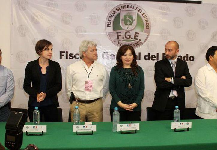 La fiscal Celia Rivas Rodríguez, con el cónsul de Francia en Yucatán, Mario Ancona Teigell, y los instructores de la Policía Nacional Francesa, en las instalaciones de la Fiscalía. (Milenio Novedades)