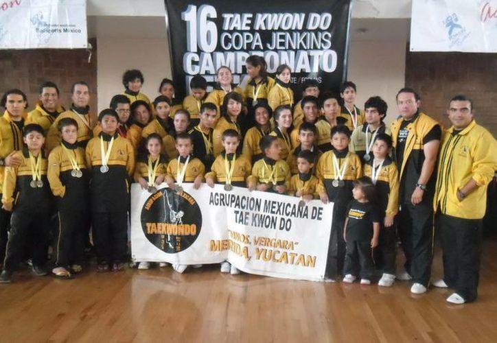 Los deportistas yucatecos formaron parte de una competencia con más de mil elementos de diversas escuelas. (SIPSE)