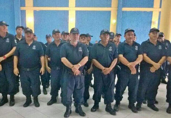 Hipólito Mora, quien aparece al centro, fue uno de los líderes del movimiento de autodefensas en La Ruana, Michoacán. (Twitter.com/@Comisionadomich)