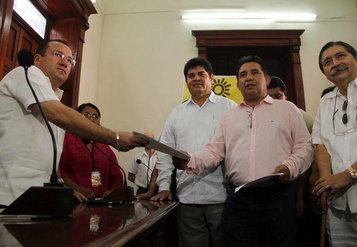 Autoridades del Iepac recibieron el registro del candidato del PRD, Carlos Carvajal Borges. (SIPSE)