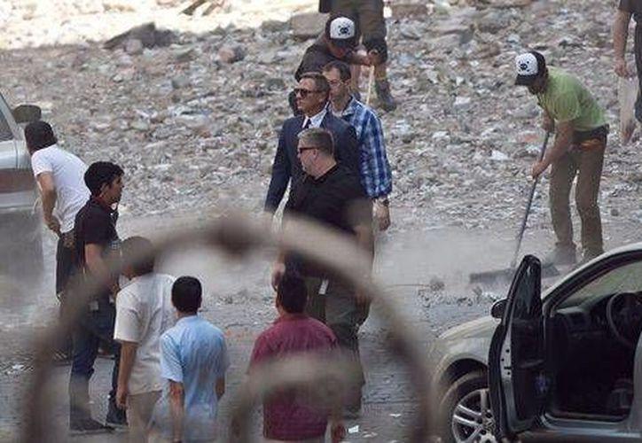 El actor Daniel Craig durante una de las escenas más recientes de James Bond en la Ciudad de México, donde se simuló una explosión. (Milenio)