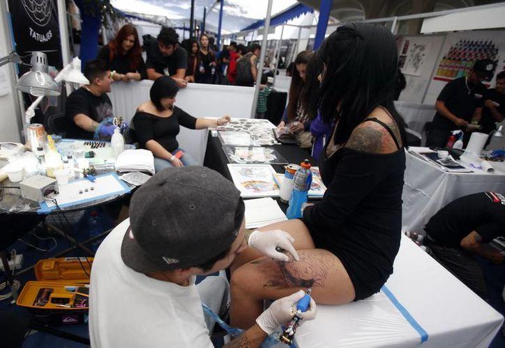 El 60 % de los tatuadores llegaron a Chile procedentes de otros países. (EFE)