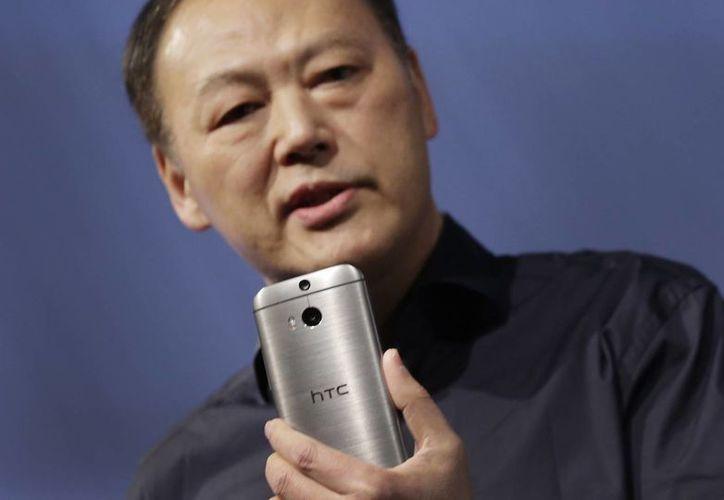Peter Chou, CEO de HTC, presentó el nuevo HTC One M8 en Nueva York. (Agencias)