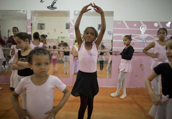 """En esta foto las niñas pobres participan en una clase de ballet del estudio """"Casa de Sueños"""" en Crackland, uno de los barrios más duros en el centro de Sao Paulo, Brasil. (Agencias)"""