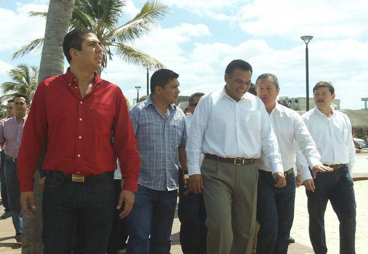Entre sus actividades de ayer, el Gobernador estuvo en Progreso, donde inauguró obras. (SIPSE)