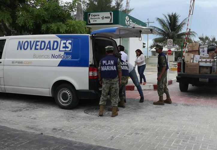 Entrega de los víveres a los elementos de la Secretaría de Marina-Armada de México. (Luis Soto/SIPSE)