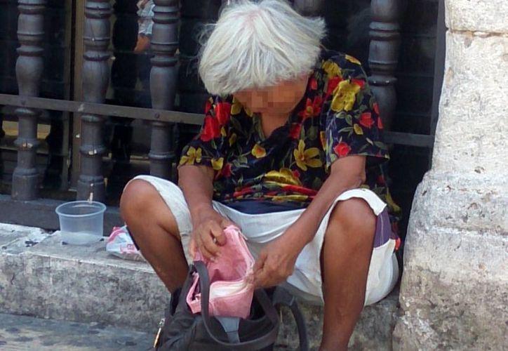 Detectan varios casos en que  hijos o nietos llevan a sus padres o abuelos a pedir ayuda al Centro histórico de Mérida. (Milenio Novedades)