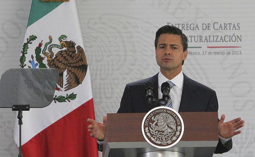 Enrique Peña Nieto, durante la ceremonia de entrega de cartas de naturalización a nuevos mexicano. (Archivo/Notimex)