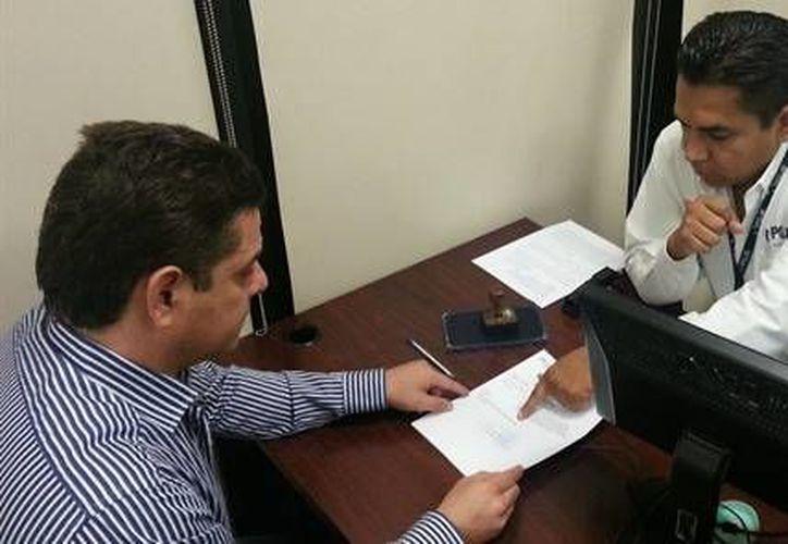 El diputado panista (izq) al momento de presentar la denuncia ante el MP, el pasado lunes. (Foto: www.el-mexicano.cm.mx)