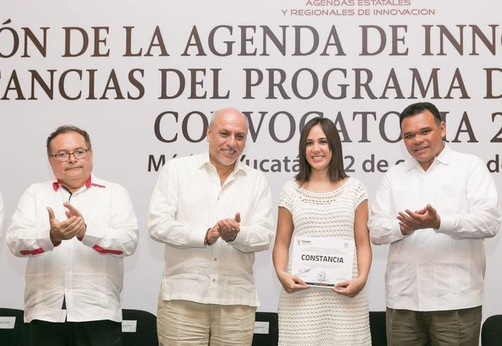 El gobernador Rolando Zapata Bello entregó constancias a 30 empresas locales beneficiadas con la convocatoria 2015 del Programa de Estímulos  a la Innovación (PEI). (Foto cortesía del Gobierno de Yucatán)