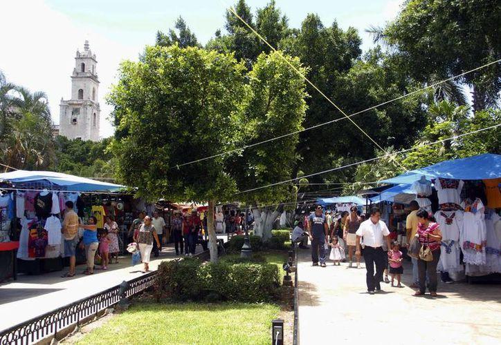Piden artesanos reactivar el programa dominical de la plaza grande y sus alrededores. (SIPSE)