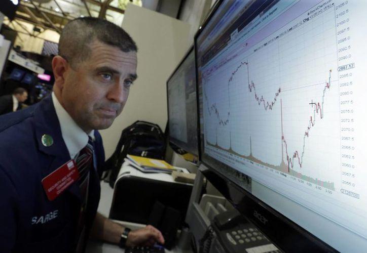La caída de la moneda china ha afectado a loa mercados globales. En la imagen un gráfico de las operaciones de la Bolsa de Valores de Nueva York. (Agencias)