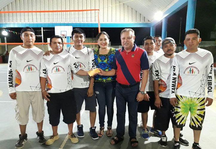 El alcalde premió a los ganadores del segundo torneo de volibol en su rama varonil. (Raúl Balam/SIPSE)