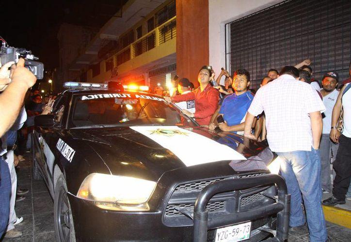 Un policía de la SSP fue perseguido por operadores de Uber, que dañaron su unidad y le bajaron el aire de una llanta.