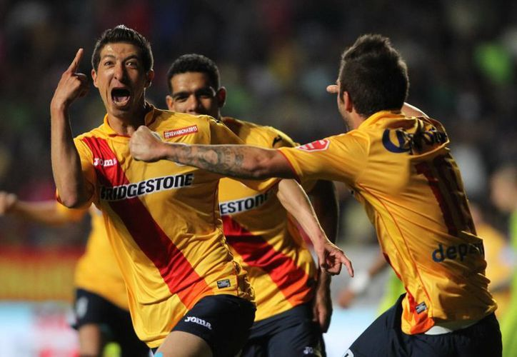 Marco Palacios, Pikolín, al celebrar su gol contra América. En ese partido el jugador de Monarcas presuntamente escupió a Oribe Peralta, lo cual es investigado. (Notimex)