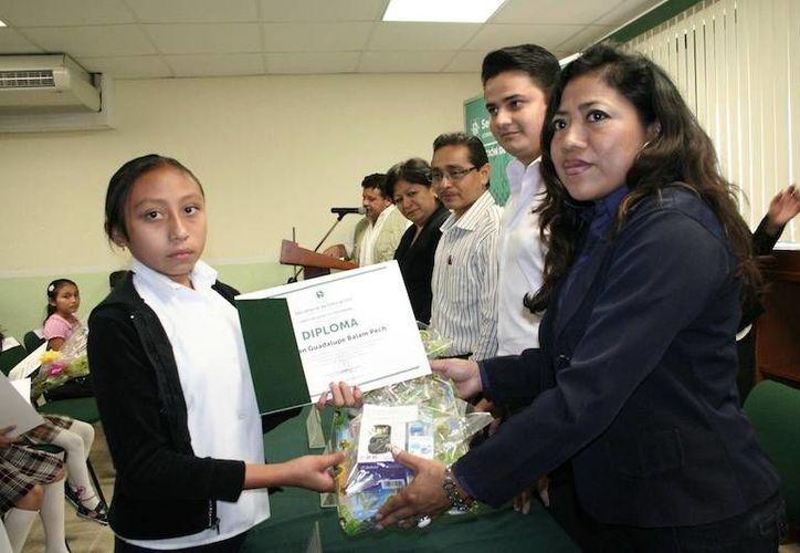 Miriam Guadalupe Balam una de las ganadoras en el octavo Concurso Nacional de Dibujo Infantil. (Milenio Novedades)