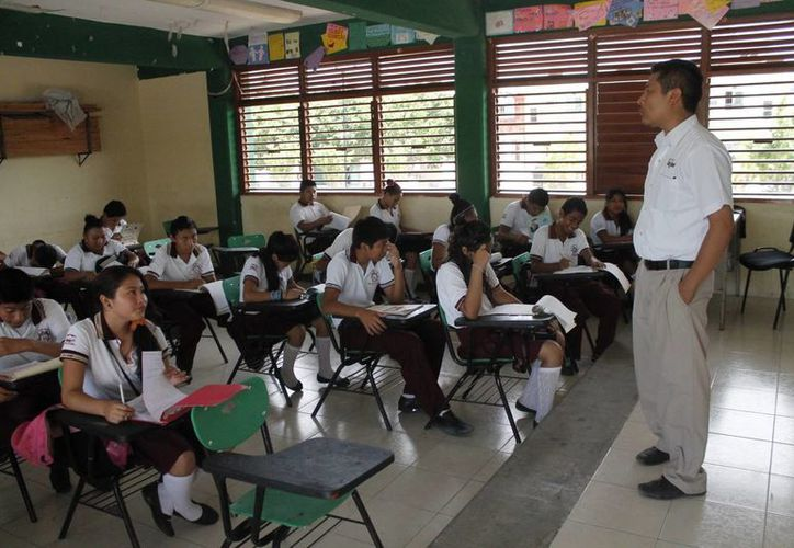 El maestro cumple con la tarea de formar a niños y jóvenes. (Jesús Tijerina/SIPSE)