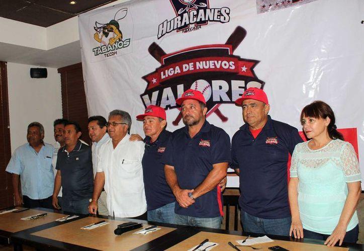 Team QMC, Leopardos, Prepa 1 y 2, Huracanes de Yaxcabá, Gigantes de Kanasín y Tábanos de Tecoh, son los equipos que fueron presentados en la inauguración de la liga beisbolera. (Milenio Novedades)