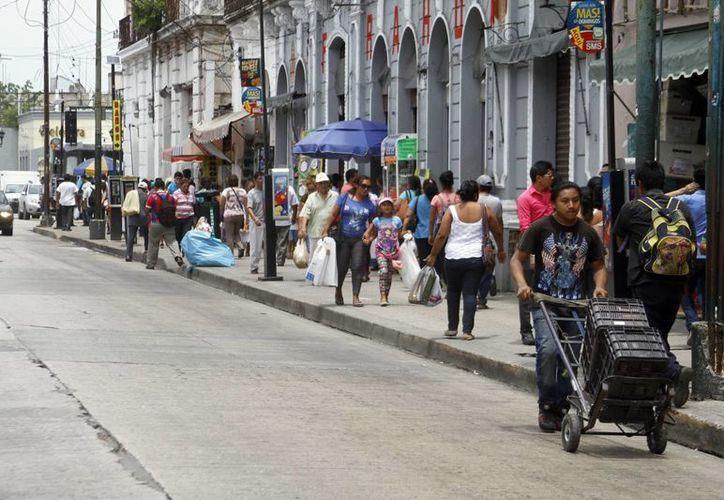 Personas que a diario circulan por la calle 65 se sorprendieron al ver las banquetas libres de vendedores informales. (César González/SIPSE)