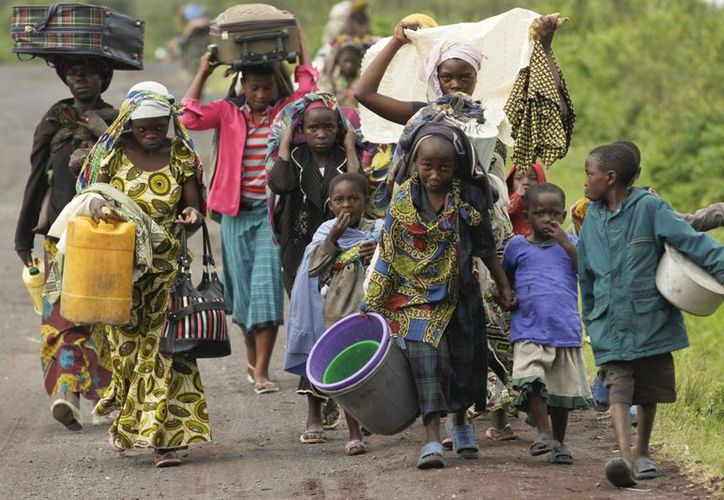 Residentes de Kimbumba escapan de la violencia de su ciudad, en la República Democrática del Congo (RDC). (Archivo/EFE)