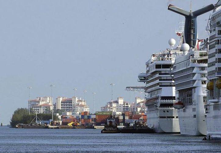La pequeña isla de San Martín (St. Maarten), en las Antillas Menores sirve de escala para multitud de cruceros por el Caribe. (Archivo/EFE)