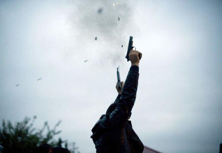 el invitado de una boda quiso celebrar con disparos de arma de fuego al aire, pero el tiro salió hacia el resto de los comensales. (La Prensa)