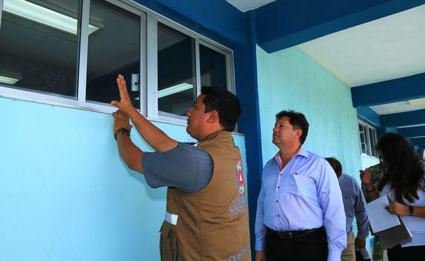 Las autoridades supervisan instalaciones de edificios públicos. (Cortesía)