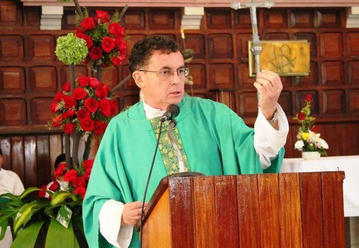 Como cada domingo el párroco Mario Sabino, recibió las ofrendas de los niños para la gente que lo necesita. (Ernesto Neveu/SIPSE)