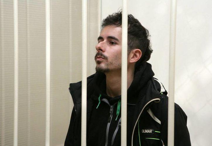 El activista italiano de Greenpeace Cristian D'Alessandro, antes de una sesión celebrada en el tribunal Primorsky en San Petersburgo. (EFE)