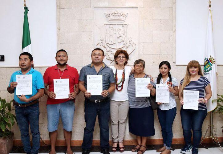 """Seis de los 177 locatarios del """"Lucas de Gálvez"""" que recibieron, de manos de la alcaldesa María Fritz Sierra, su documento de condonación de pago. (Milenio Novedades)"""