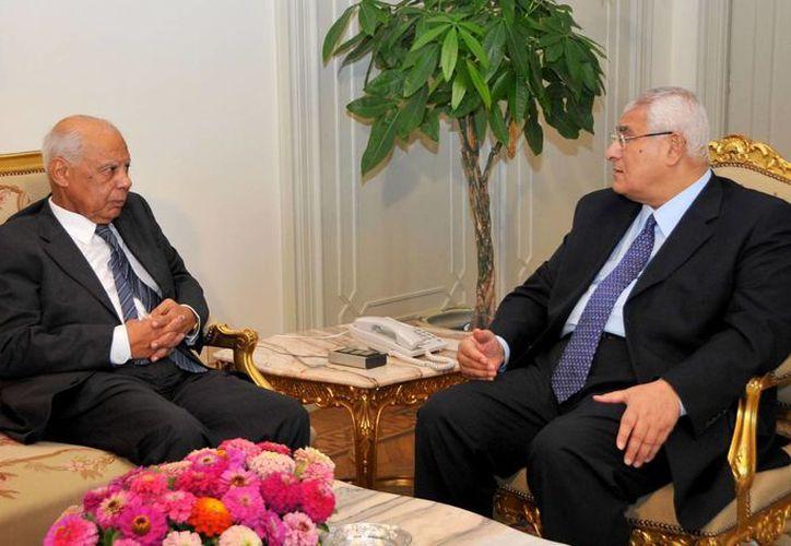 Hazem el-Beblawi (i) durante una reunión con el presidente interino de Egipto, Adly Mansour. (Agencias)